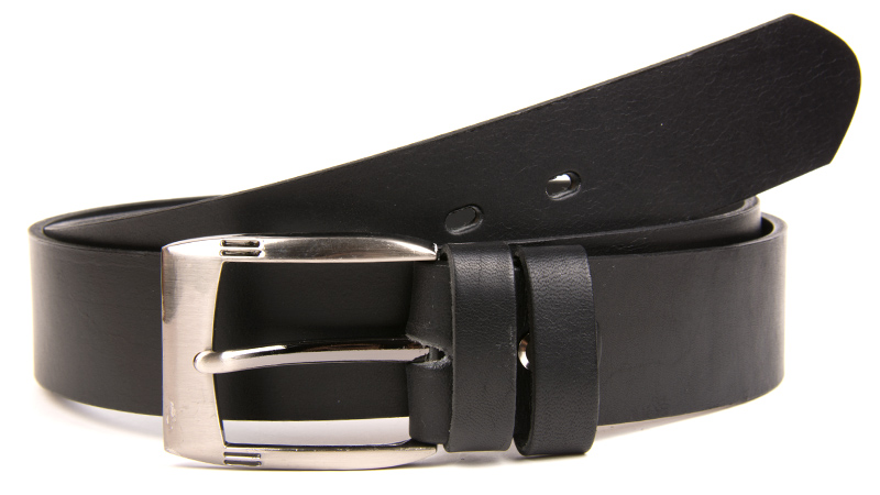 Čierny džínsový kožený opasok.