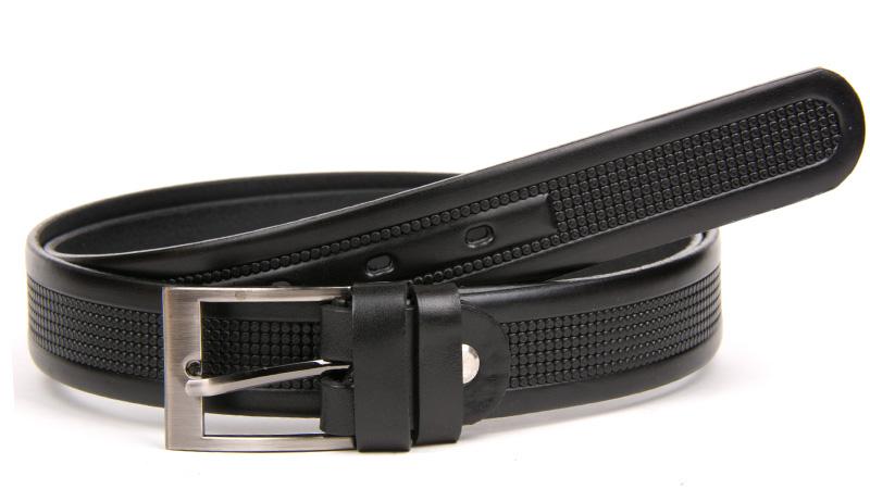 Čierny oblekový kožený opasok.